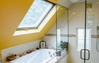 Шторка стеклянная для ванной: надежная и практичная защита от влаги