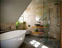 Современный дизайн ванной комнаты 5 кв. м. важно продумать до мелочей – помещение вроде бы и немаленькое, но даже с размещением сантехники и функциональной мебели могут возникнуть проблемы