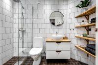 Чаще всего для стен и пола используется керамическая плитка небольших размеров, которой выделяются зоны подвергающиеся постоянному воздействию воды