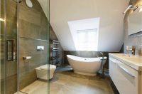 Для оформления пола в ванной комнате лучше использовать не скользкую плитку темных тонов