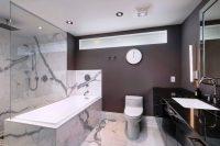 Классическая черно-белая расцветка ванной комнаты с использованием мраморной плитки