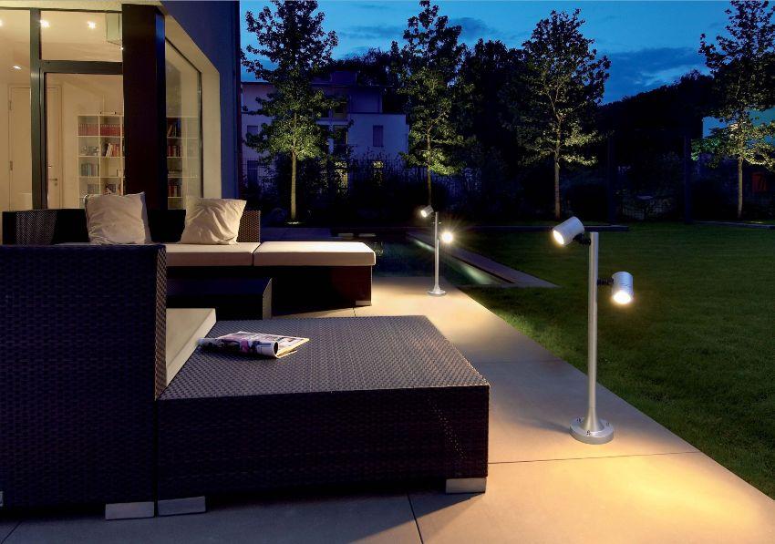 Уличные светильники создадут в вечернем саду дополнительный уют