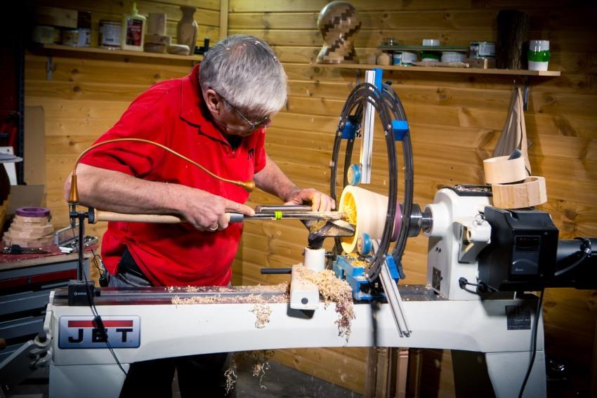 Самодельный токарный станок должен иметь достаточную мощность для обработки изделий из дерева