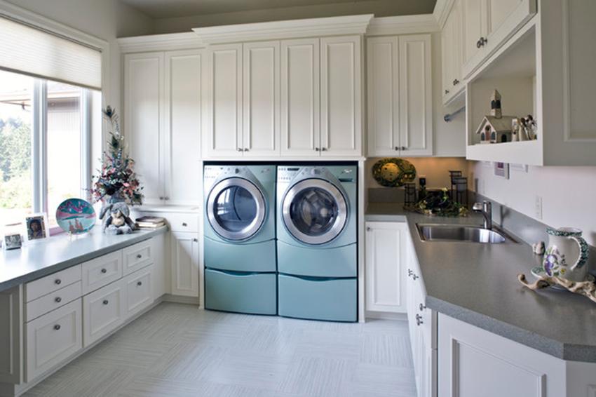 Многие модели узких стиральных машин можно установить под раковину