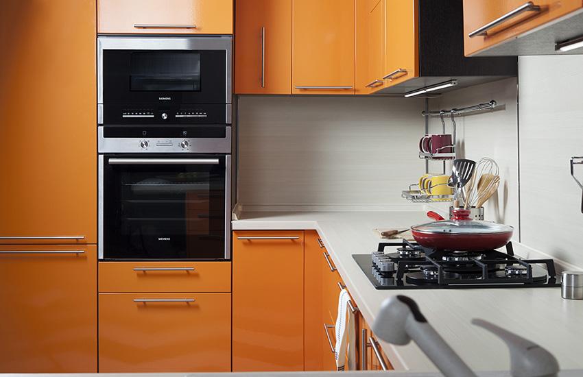 Встроенная духовая печь на кухне