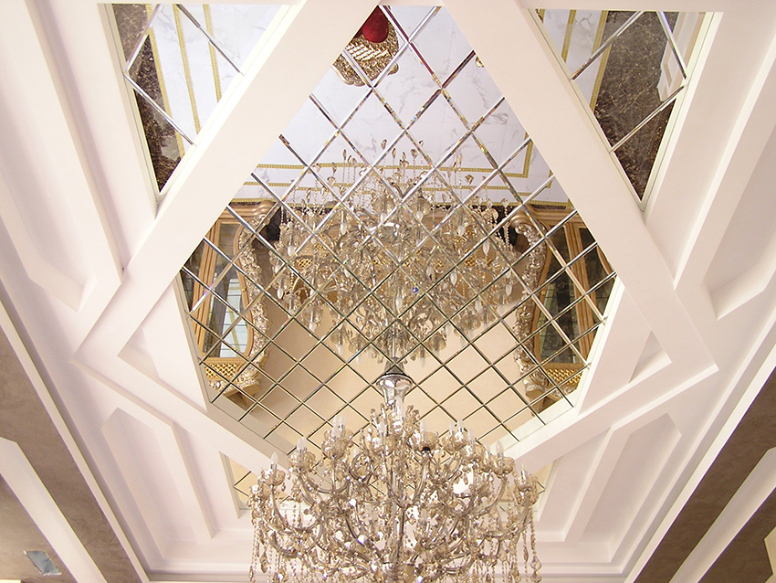Благодаря зеркальной плитке на потолке маленькое помещение зрительно вытягивается