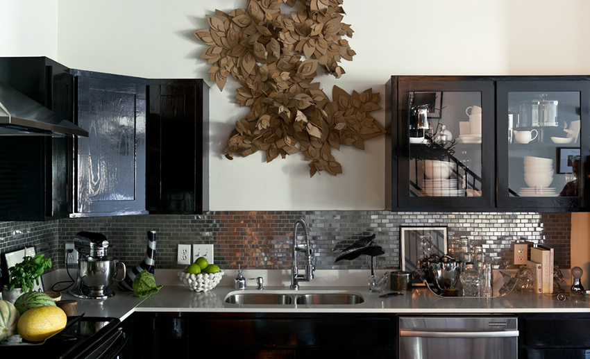 Если кухню отделать зеркальной плиткой она будет смотреться стильно и необычно