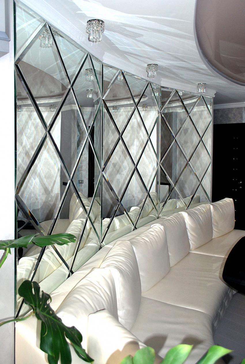 Зеркальная плитка способна не только увеличить помещение, но и добавить освещенности