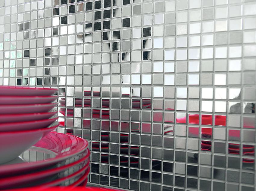 Зеркальная мозаика смотрится изящно и стильно, отлично сочетается с плиткой крупного размера