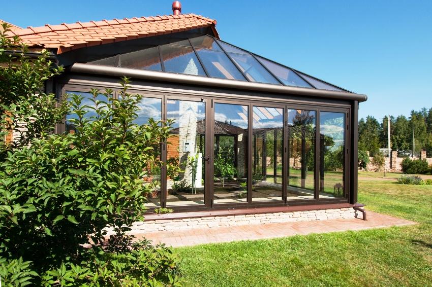 Чтобы иметь возможнось проводить время в зимнем саду круглый год, стекло нужно выбирать наивысшего качества с теплоизоляцией