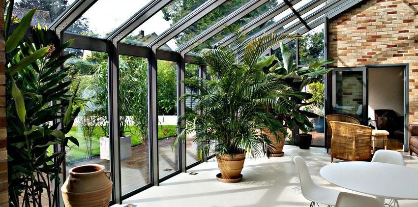 В зимнем саду в стиле хай-тек главной задачей является наиболее функционально и практично использовать имеющееся пространство