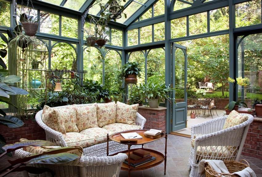 Если изначально зимние сады использовались исключительно для разведения теплолюбивых экзотических растений, то сейчас это может быть место для гостиной, кабинета, галереи или просто отдыха