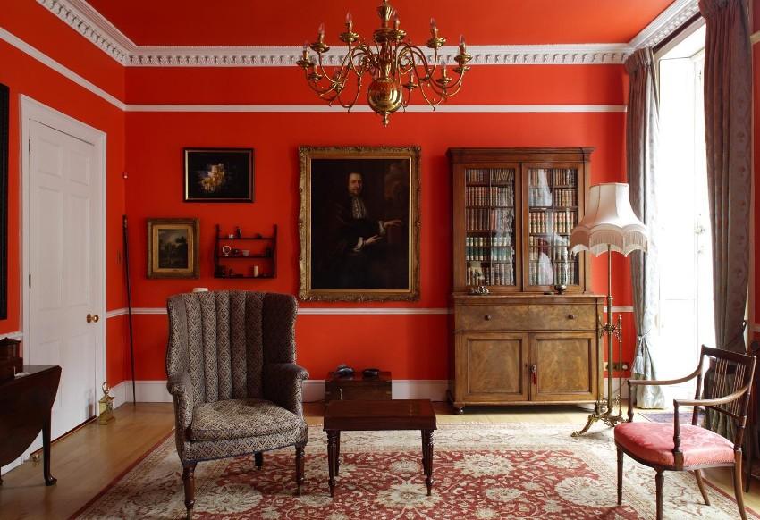 Цвет потолочных и напольных плинтусов в интерьере перекликается с белой дверью