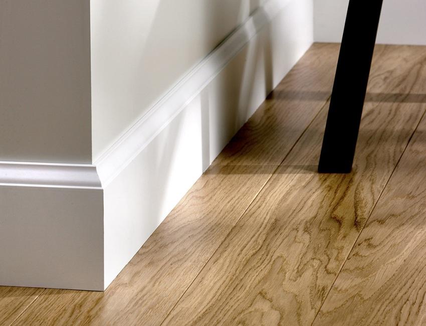 Универсальный плинтус имеет ровную заднюю стенку и плотно примыкает к стене при установке