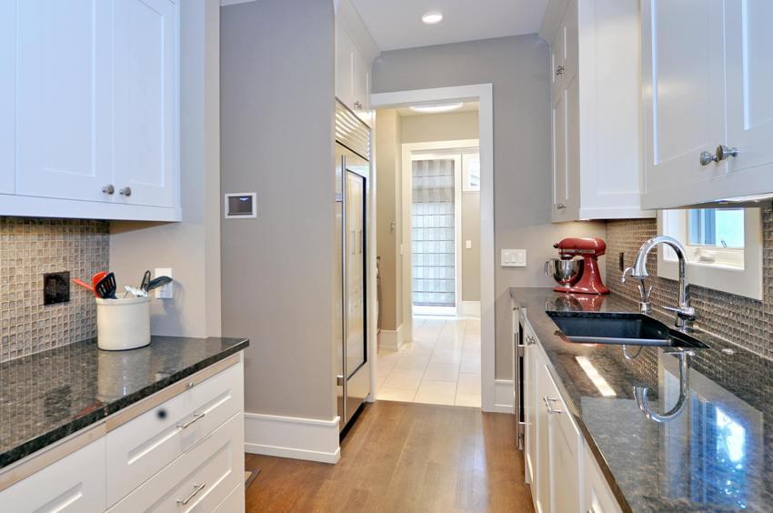 ПВХ-плинтусы идеально подходят для использования во влажных помещениях - ванных комнатах и кухнях