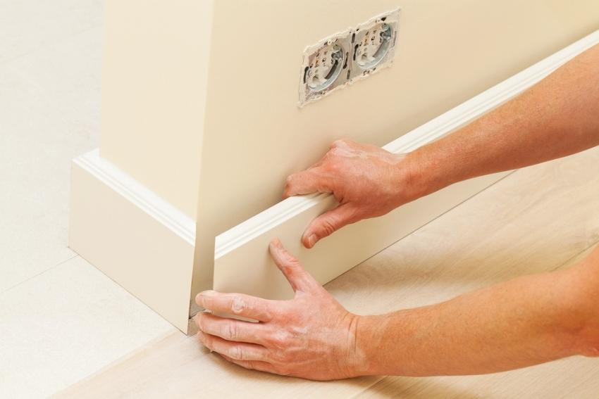 МДФ-плинтус может крепиться к стене с помощью клипс или саморезов или на клей