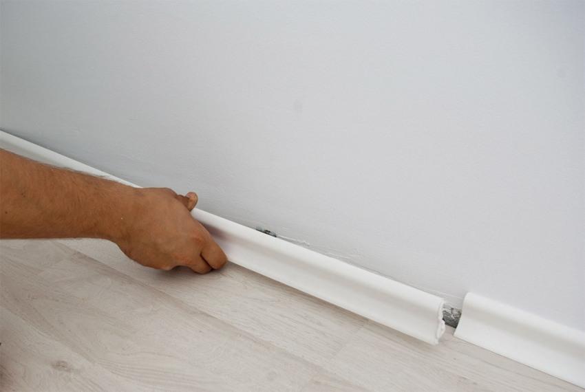 Монтаж пластикового плинтуса на клеевой герметик