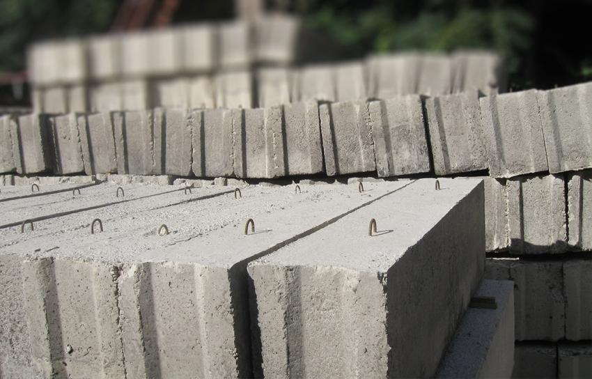 Фундаментные блоки не имеют армирования за исключением закладных монтажных петлей