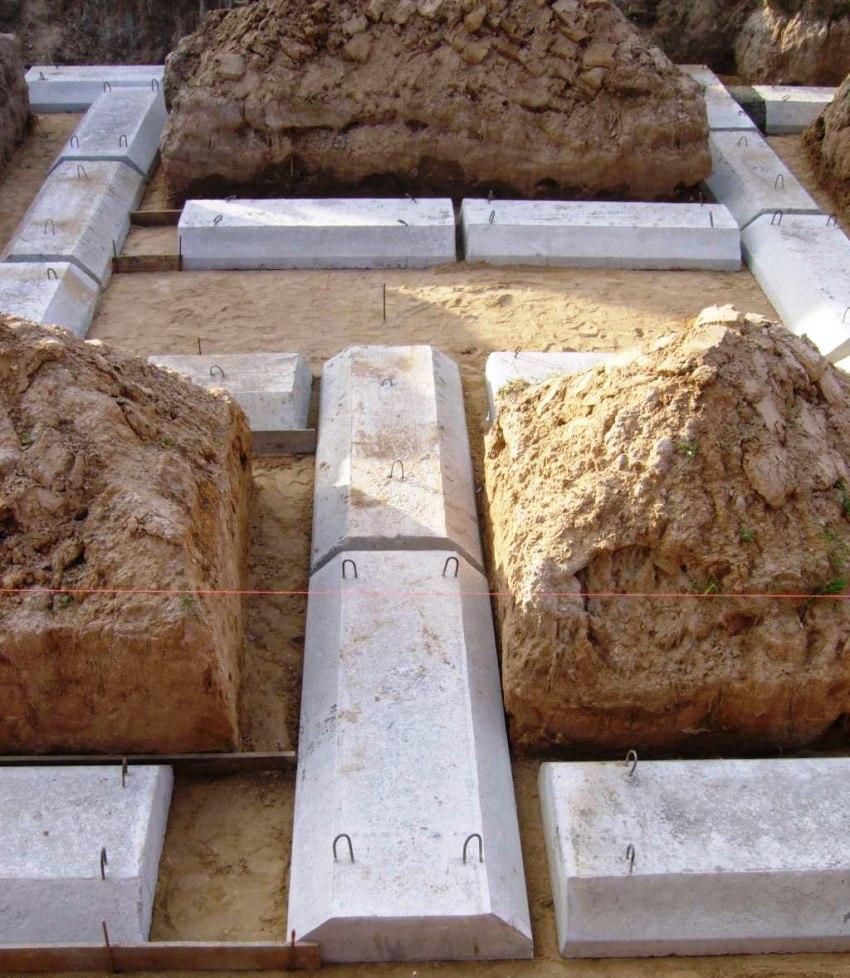 Монтаж ленточного фундамента из блоков трапециевидной формы, которые маркируются как ФЛ
