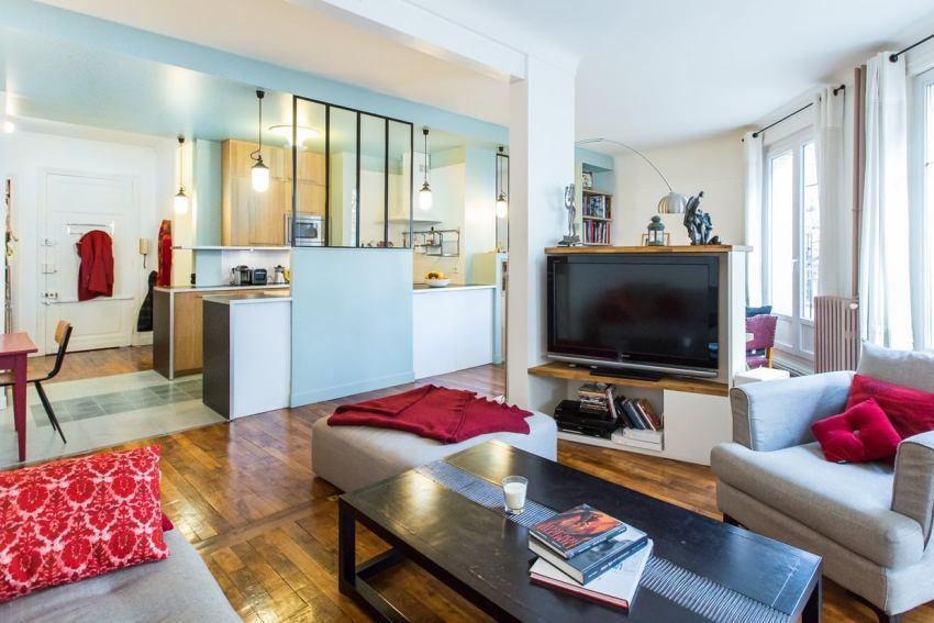 Соединив кухню с коридором и одной из комнат - можно визуально увеличить пространство, создать видимость большего простора