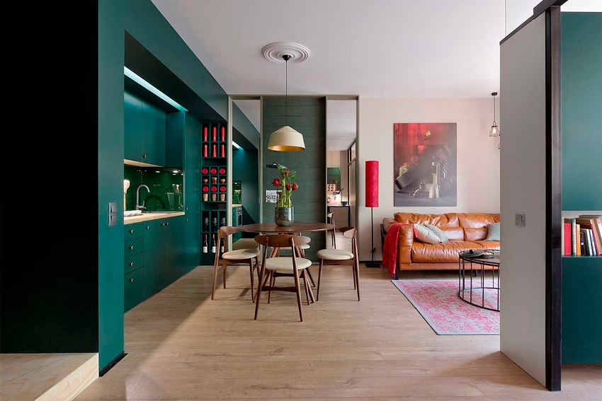 Чтобы создать уютный дизайн небольшой двухкомнатной квартиры, можно устранить старые перегородки и перенести их на новые места