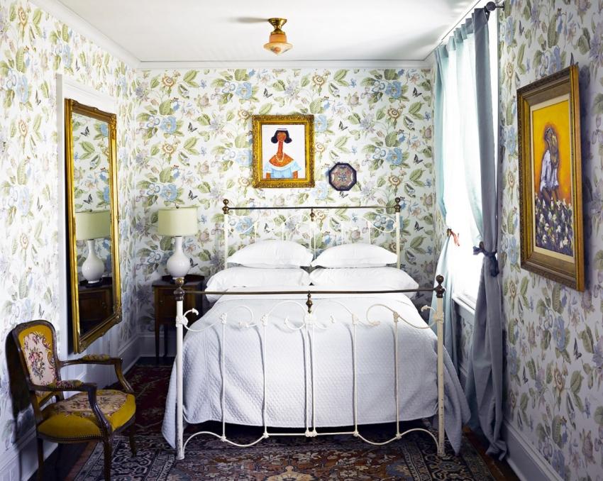 Поскольку места не так много, для дизайна спальни следует выбирать встроеную мебель и свести к минимуму ее количество