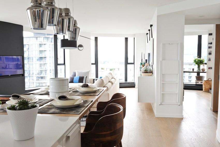 Обязательно стоит обратить внимание на расстановку осветительных приборов, которые способны визуально расширить комнату
