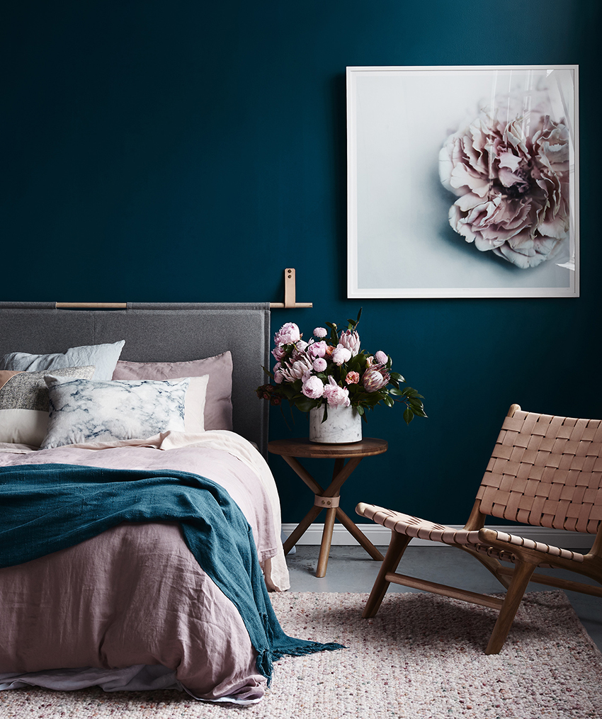 For the decor of a small room, photos, paintings, posters and mirrors are ideal, as they do not take up much space
