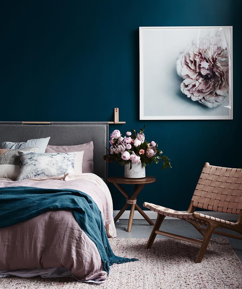 Для декора малогабаритной комнаты идеально подойдут фотографии, картины, плакаты и зеркала, так как они не занимают много места