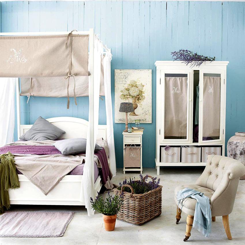 Гардеробная может располагаться в угловой части спальни, в нише или вдоль стены