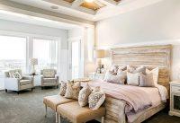 Спальню в классическом стиле можно дополнить необычной мебелью