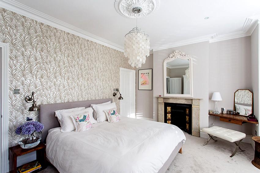 Наличие камина делает атмосферу в спальне более уютной и расслабляющей