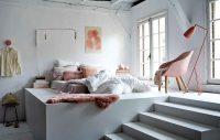 Кроме кровати в спальне могут располагаться шкафы, тумбочки и стулья
