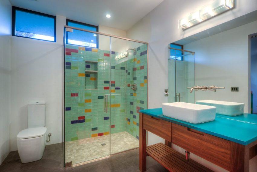 Душевые стеклянные шторки делают ванную комнату визуально более просторной