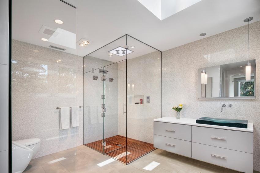 Красиво в интерьере ванной смотрится пол из влагостокой доски и стеклянные конструкции душевой