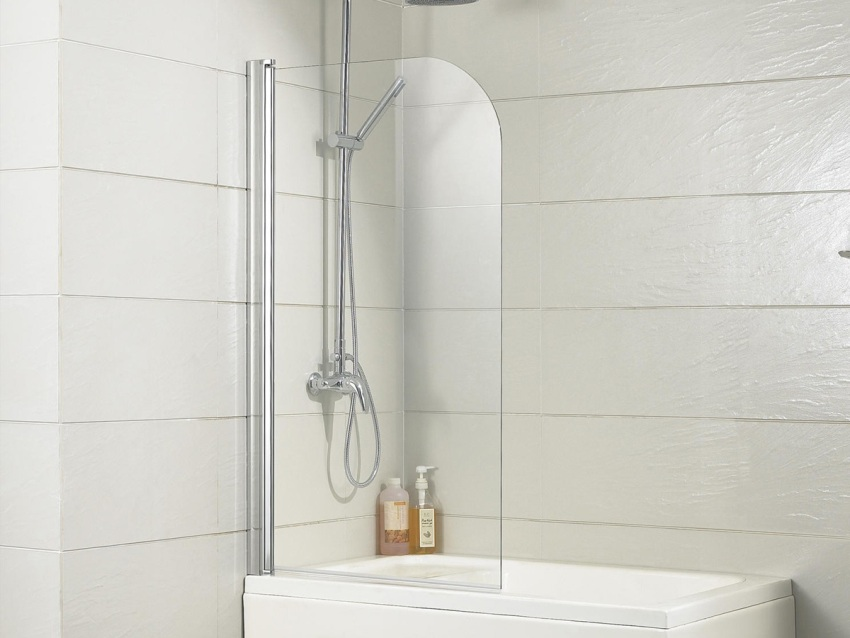 Стеклянная шторка может устанавливаться на край ванны