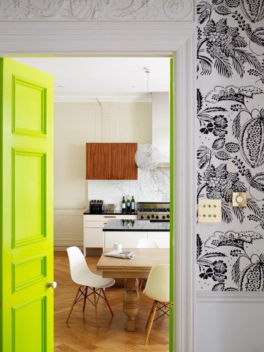 Двери могут быть натуральных древесных оттенков или ярких и нестандартных