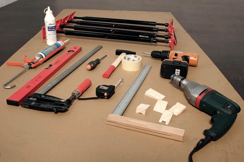 Перед установкой двери нужно запастись всеми необходимыми инструментами