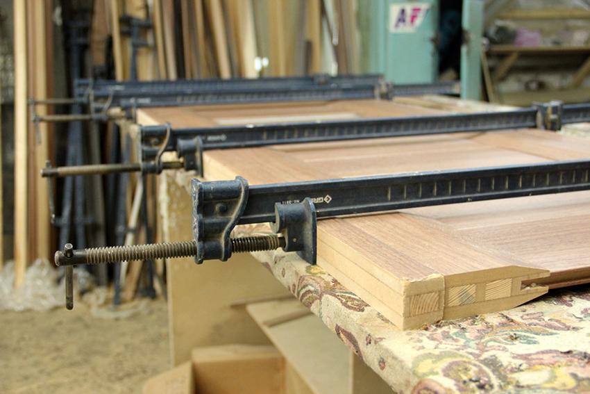 Для изготовления дверей требуется фрезеровочный станок, пресс, пила и столярные инструменты
