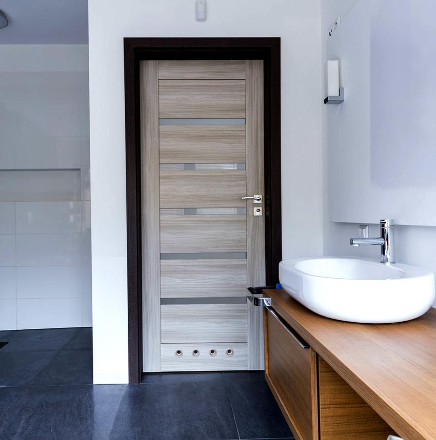 Двери из шпона и экошпона имеют легкий вес и относятся к категории недорогих
