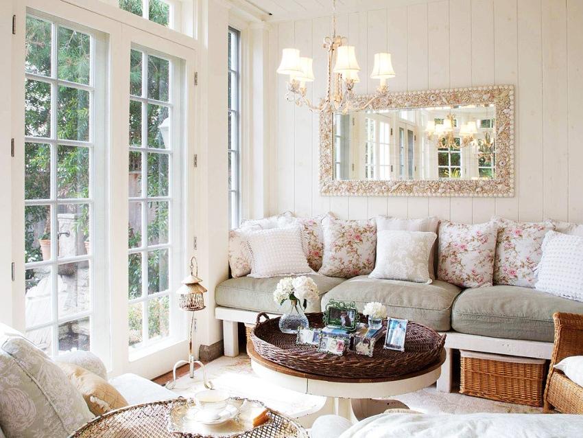 антикварная или искусственно состаренная мебель, окрашенная в светлые оттенки