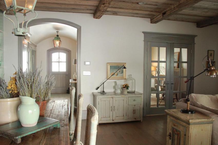В гостиных оформленных в стиле прованс всегда большое количество живых и засушенных цветов