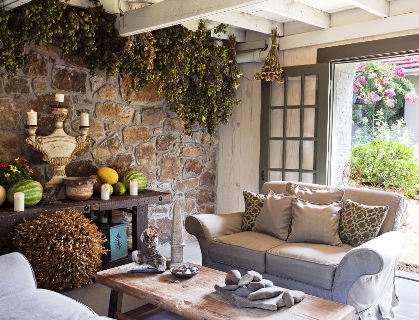 Для декора стен в гостиной чаще всего используют натуральный камень, кирпич или разноцветную мозаику