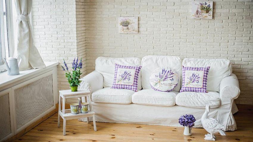 Особенностью дизайна интерьера в стиле прованс являются обилие живых цветов и гербариев, а также статуэтки из фарфора и керамики