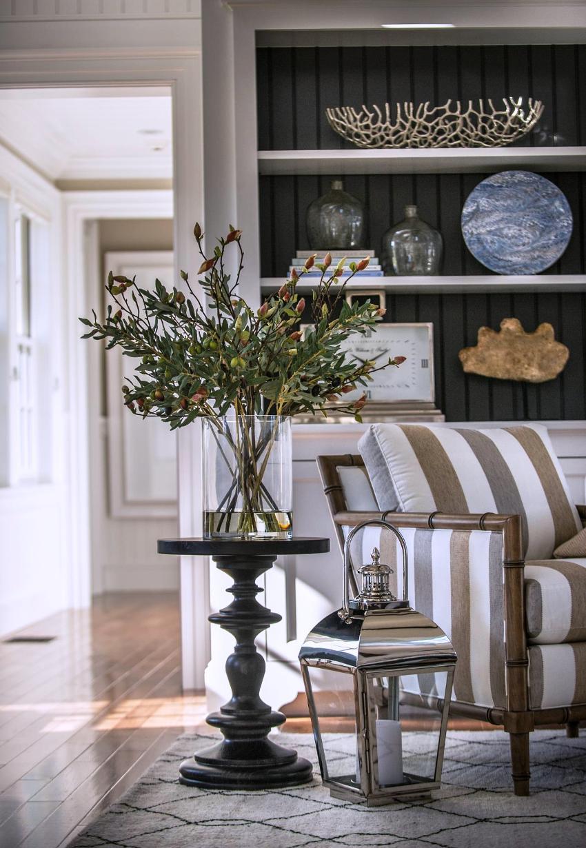 Стиль прованс в интерьере гостиной подразумевает теплую обстановку домашнего очага со множеством декоративных элементов