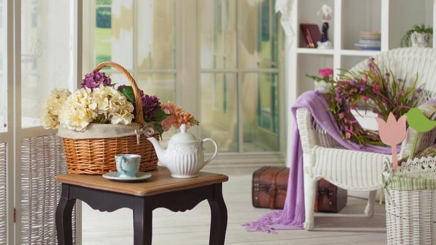 Статуэтки, вазочки, керамическая посуда и множество цветов - все это неотъемлемые атрибуты стиля прованс