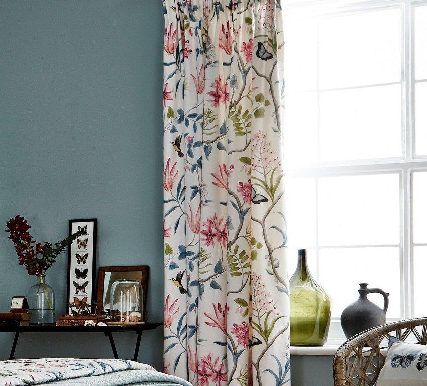 Шторы в стиле прованс для гостиной ‒ это не легкие полупрозрачные занавесочки, а более плотная, тяжелая ткань нарядного вида