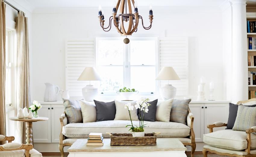 Элегантности интерьеру в стиле прованс добавят белоснежные светильники с фактурной деревяной люстрой
