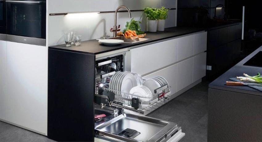 За один цикл работы посудомоечной машины, вода расходуется в 4-5 раз меньше, чем при мытье посуды вручную