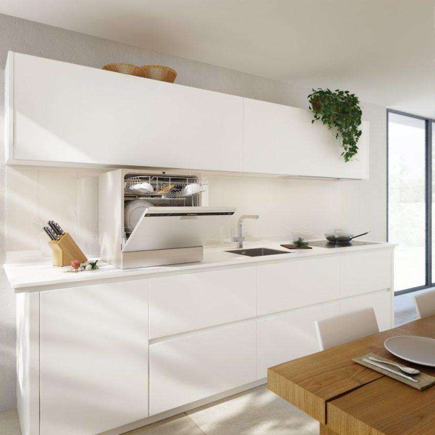 Настольная посудомоечная машина компакта, она помещаться на кухонном гарнитуре, из-за этого цена намного ниже чем стационарных